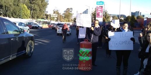08:01 #PrecauciónVial afectado un carril por manifestantes en Av. #CarlosLazo a la altura de Av. Tamaulipas con dirección a Santa Fe. #AlternativaVial Centenario y Vasco de Quiroga.