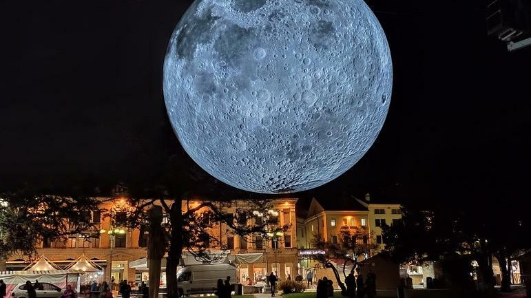 RT @CorriereAlpi: La mega luna nei giardini accend...