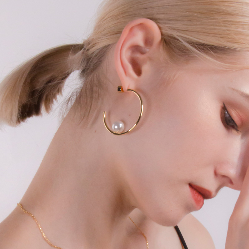 the Big C #Vogue  , fad with pearls. Simple is a new #fashion fashion an minimal #earrings design you would need in your jewl case.  #Pearl #xmas #jewelrydesigner #Sales