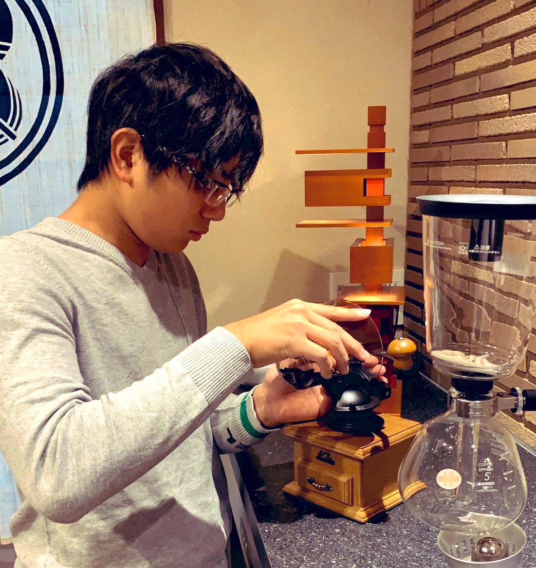 こんばんは、樹です最近、コーヒーにハマっています。今日はお父さんに初めてコーヒーを淹れました! アーモンドピークに合うと思います! #形は悪いけど美味しいガトーショコラ#材料はアーモンドピーク#コーヒーは豆挽きから#味はこれから精進します#昌磨が帰ったらおもてなし