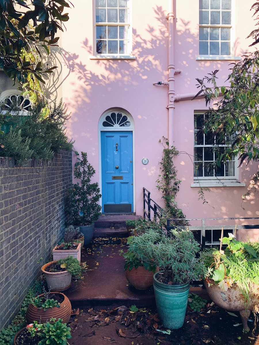 Pink exterior, a blue door and a bathtub as a plant pot! Hampstead is full of charming character 🥰 #HampsteadVillage https://t.co/mMC0Ilog4K
