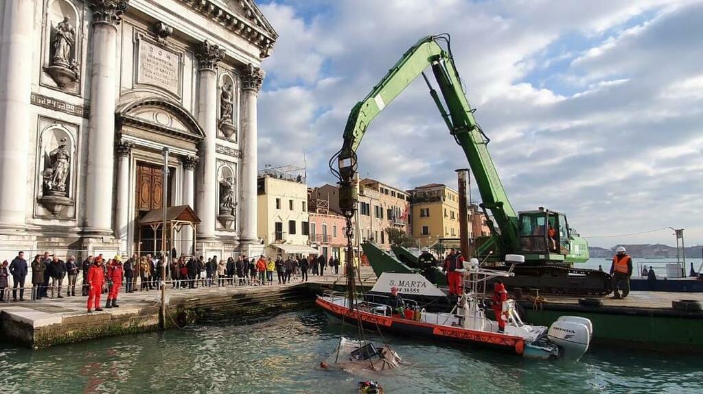 Venezia, recuperata l'edicola simbolo spazzata via...