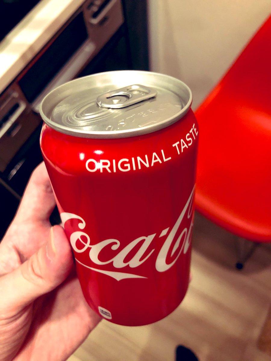 子供の頃コーラのこの真ん中の部分に安全ピンで穴を空けて飲んだよな〜って聞いたら誰からも共感を得られなかったんですが皆さんはやってますよね?振ってビールかけみたいにして遊びましたよね…?ね?ね?