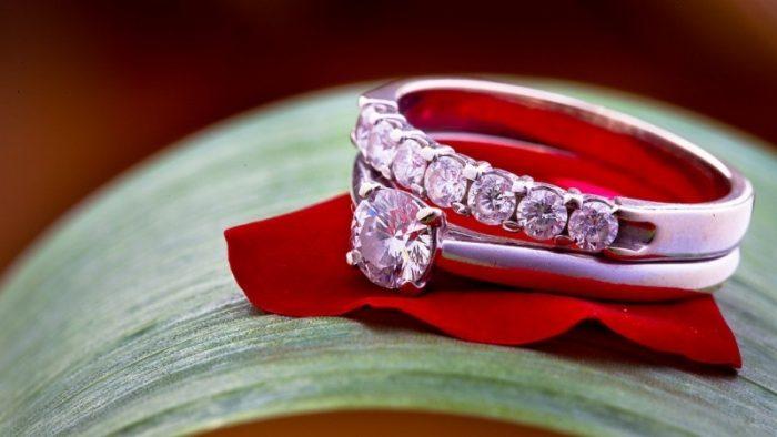 Conoce  ↔↔↔💍 Anillos de Boda de Oro Blanco y Diamantes #boda #anillosdeboda #amor https://anillosdebodaweb.com/oro-blanco-y-diamantes/… 👈👈👈💗😃😃😃💍 Si algo caracteriza a la joyería moderna es la cantidad de opciones que nos ofrece en piezas elab ..