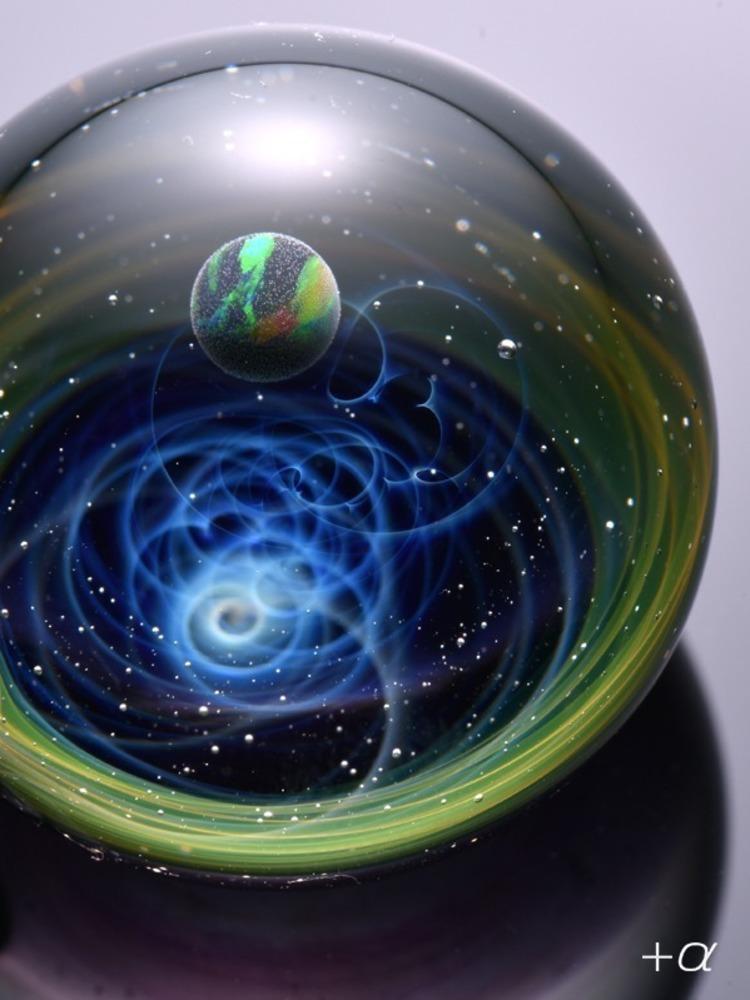 宇宙を閉じ込めたガラスアート「宇宙ガラス」の展示&販売、大阪・枚方T-SITEで開催 -