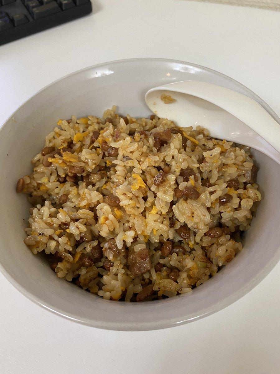 冷凍チャーハン450gに納豆2パックぶち込んでフライパンで炒めた納豆チャーハン作りました🤤ダイエット中につき味噌汁がわりのラーメンは無しです🍜#深夜3時のオヤツ