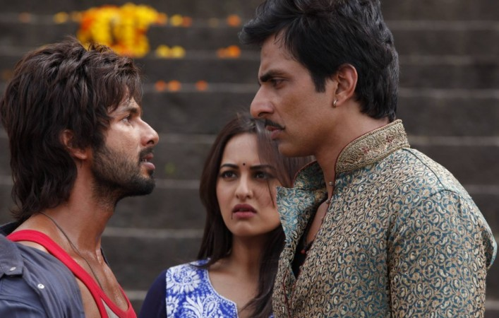#6YearsofRRajkumar: As stated by @shahidkapoor himself in an interview, the way the film was received by the audience brought a huge respite to him; it was his first commercial success in years. The film braved extremely (-) reviews to emerge an above average success at the BO.<br>http://pic.twitter.com/bgIGZTP4G0