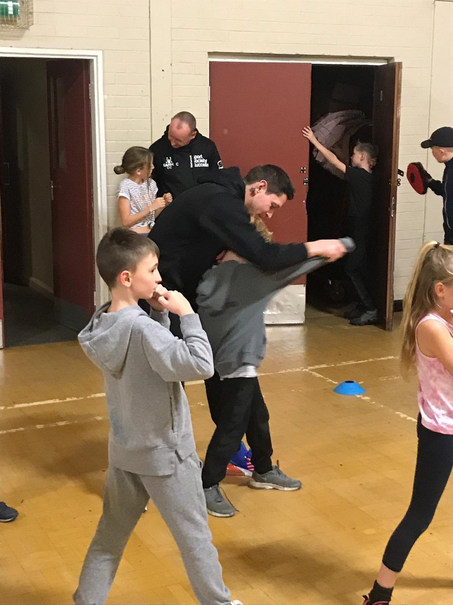 Another great session ticked off tonight! @bigtwinnygav giving some tips to the young boxers 👍🏼🙌🏽🥊🥊#teammac #teammaccic #boxing #doncasterisgreat #sssnetwork #sportsocietysuccessnetwork