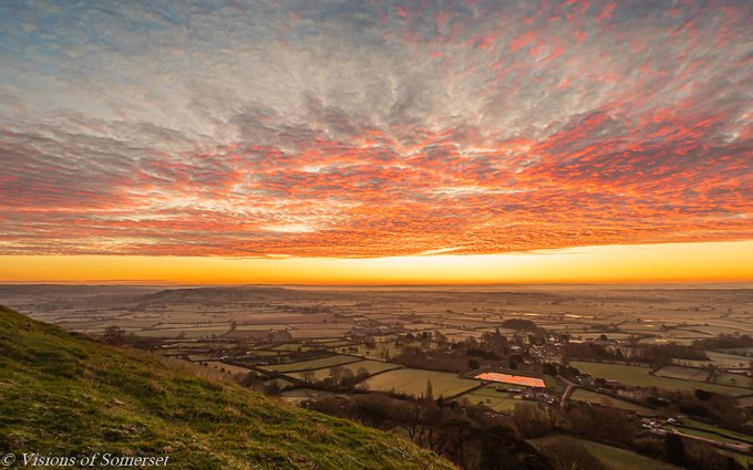 A bit overcast here in Glastonbury today so here is one from earlier in the week taken before the sun came up. Happy Friday twitter friends #FridayThoughts #FridayMotivation #glastonburytor #Glastonbury