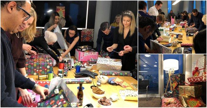 💪 Anpacken & Einpacken<br><br>Unsere MitarbeiterInnen in #Frankfurt spenden auch dieses Jahr wieder Weihnachtsgeschenke für bedürftige Kinder. Ganz hoch im Kurs stehen auch 2019 Klassiker wie Puppen und Spielzeugautos.<br><br>Viel Freude beim Auspacken!<br>Infos:  t.co/mtnCCVmbAQ