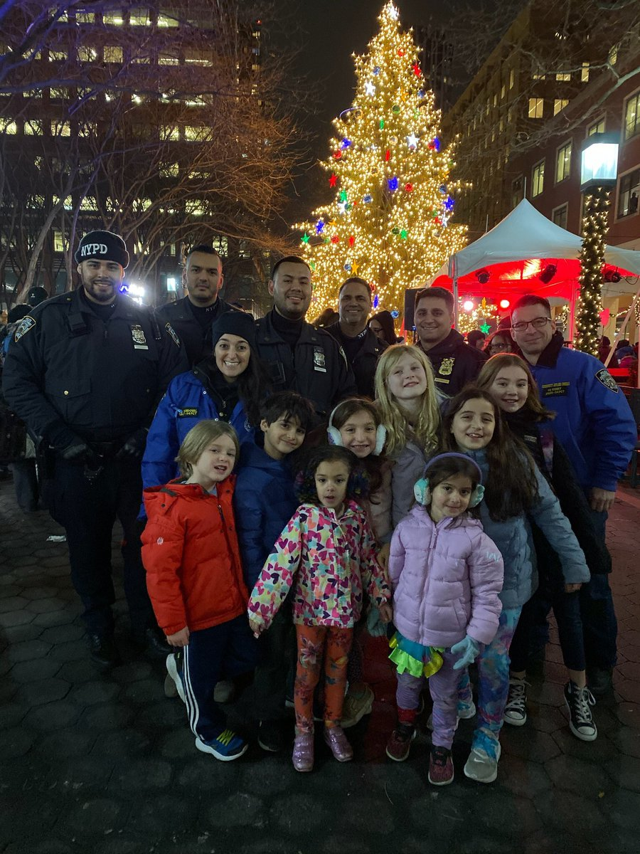 A little holiday spirit never hurt anyone!  Last night's winter wonderland at the Metrotech Center included hot chocolate, ice sculpting, dancing, & even Santa made an appearance. Cops from @NYPD84Pct were on the scene to help spread Christmas joy, & had great company doing it.