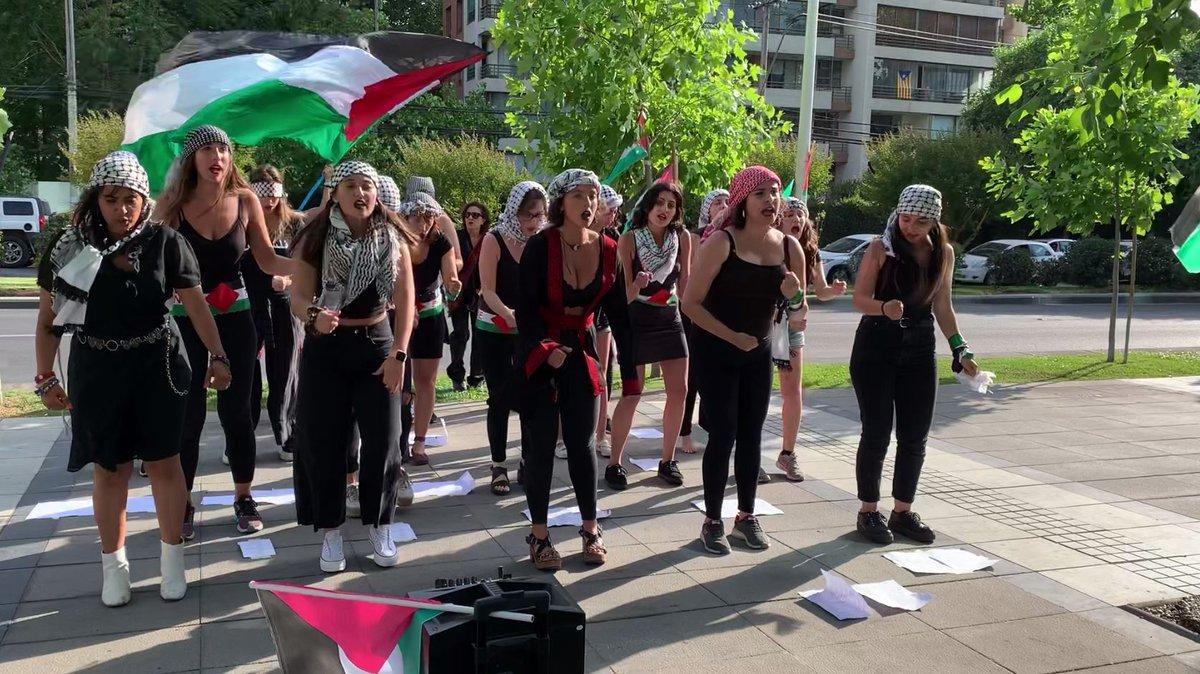 [VIDEO] Grupo de jóvenes chileno-palestinas realizaron intervención de Lastesis frente a la embajada de Israel https://bit.ly/2Yr9nwI