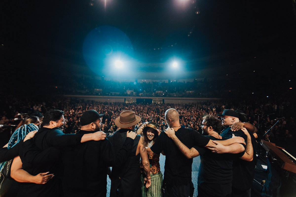 12.05.19   Honolulu   The final night of the #lookupchildworldtour   I love the aloha spirit  And I couldn't be more grateful for this group. <br>http://pic.twitter.com/1lDY0FX9AT