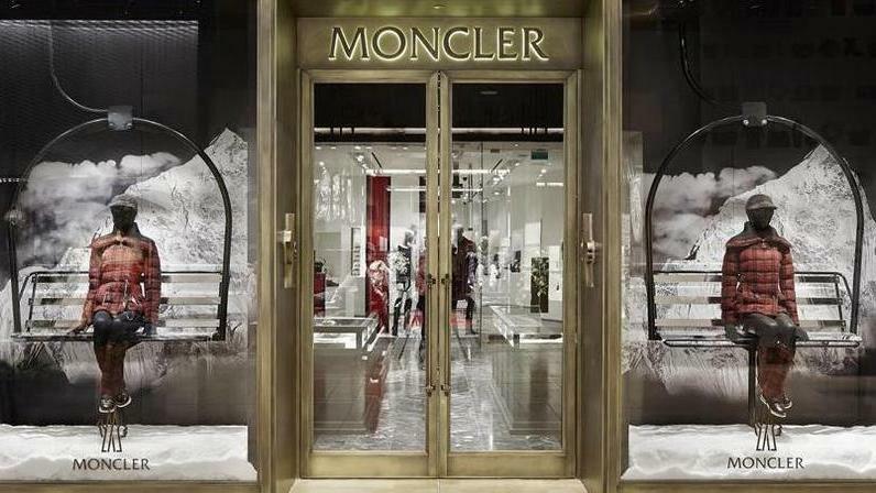 Kering mette nel mirino i piumini di lusso Moncler...