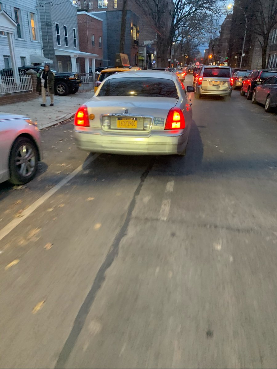 Lincoln Town Car CENTRAL CAR SERVICES driver T637390C blocked the bike lane near 36-32 29th St on December 6 and has been reported to #nyctaxi. This is in Queens Community Board 01 #cb1queens & #NYPD114. #VisionZero #BlockedBikeNYC