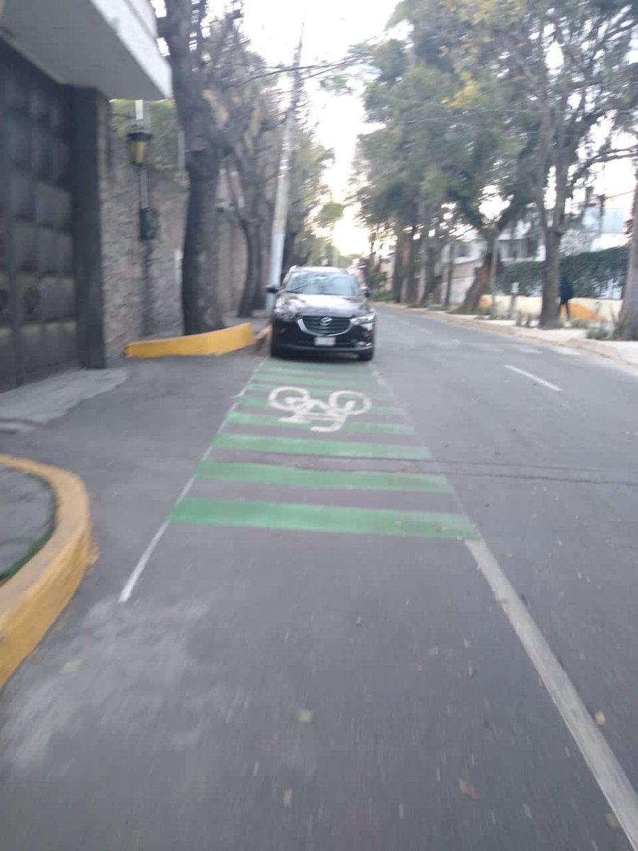 La nueva ciclovía en Xochimilco está siendo invadida por automovilistas haciendo caso a franeleros en Av. México a un costado del museo Dolores Olmedo @LaSEMOVI  @XochimilcoAl @OVIALCDMX @SGIRPC_CDMX @CulturaVialAC @GobCDMX @CicloviaMx @DCDIC_CDMX @PoderAG_Xochi @Ciclopinta