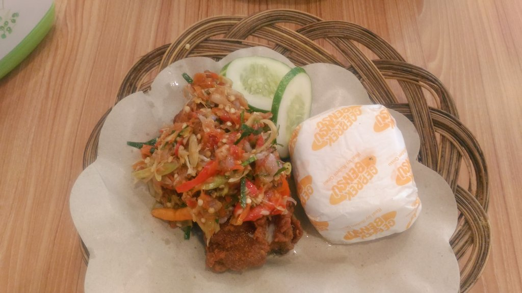 Ayam geprek sambal matahnya Geprek Bensu. Enak #jajandiary https://t.co/pCkdcTYeZO