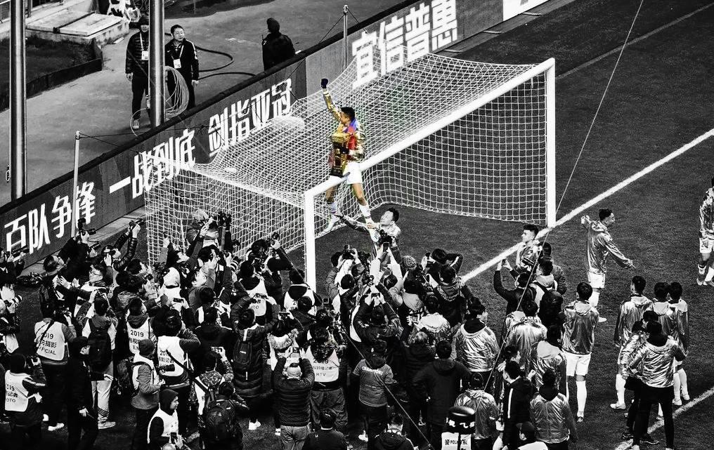 Fue el líder en el campo y fuera del campo, mientras celebraban. Una celebración muy conocida, junto con la bandera Colombiana y la FA Cup sostenidas arriba del pórtico. Ya son 2 los títulos que tiene desde su llegada a Asia. #G10 #GioMoreno #GolJuez