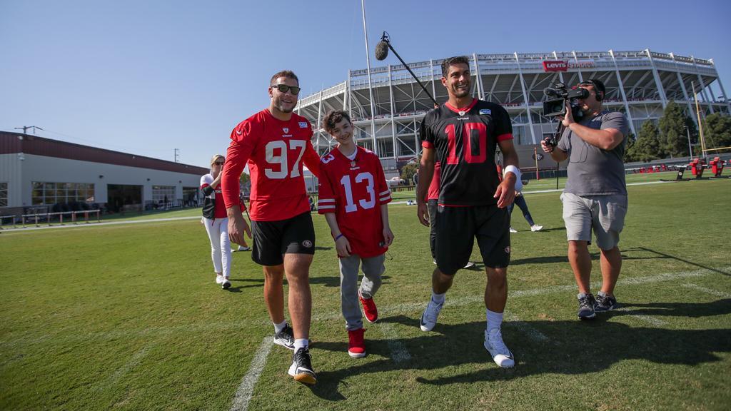 Aidan didnt let leukemia stop him from cheering on his #49ers-- their games brought him joy and helped him push through treatments. Now in remission, Aidan brought that joy to the team at practice 🙏 #49ersWish #49ersGiveBack @AustenEverettFD 📸 49ers.com/photos/photos-…