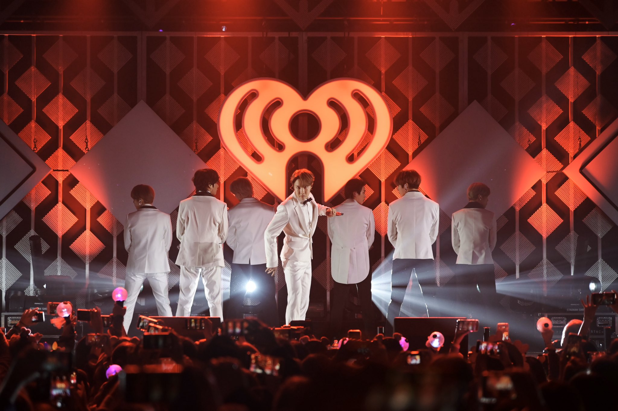BTS Membuka iHeartRadio Jingle Ball Concert Tour 2019 di Los Angeles dengan Sukses