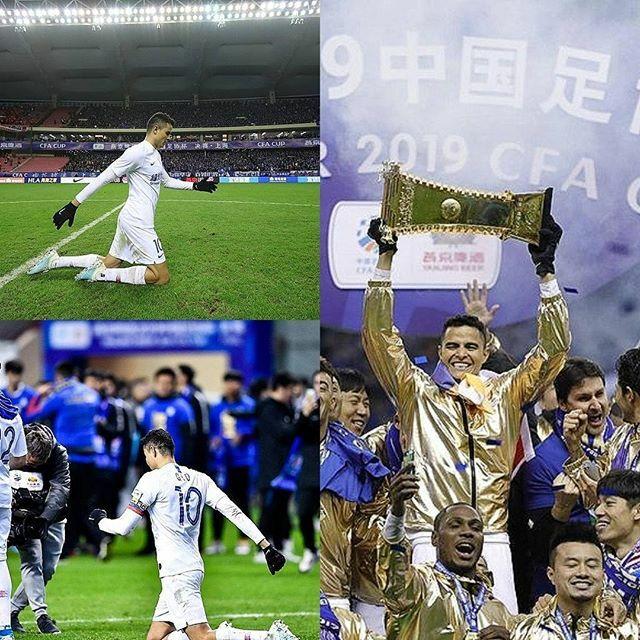 El Colombiano, Gio Moreno atravesó la cancha de rodillas de punta a punta, fue filmado por Odion Ighalo mientras cumplía su promesa por consagrarse campeón de la FA Cup en China. El mismo levantó la Copa. El Gio de la gente. #Gio #GioMoreno #G10 #Shangha…