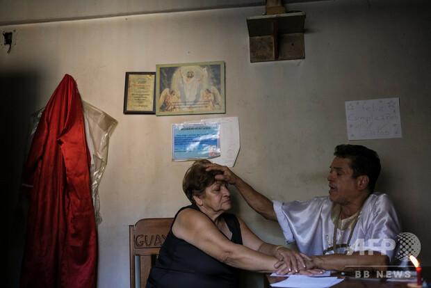 【経済危機】ベネズエラで信仰治療院や薬草販売が盛況薬不足とハイパーインフレで需要が増加。信仰治療院では患者の腹の上で5本の鋏を振るなどの治療を週に200件ほど行っているという。