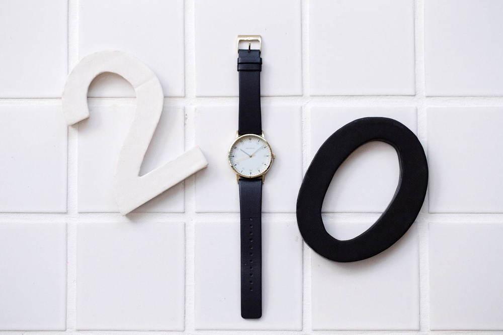 """イッセイ ミヤケ ウオッチの腕時計「 f エフ」""""24時間表示""""インデックスにゴールドカラーを添えて -"""
