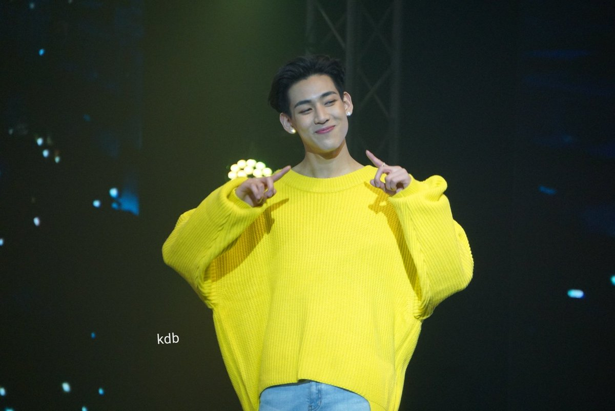 whoever give him this sweater. thank you. you did a great job <br>http://pic.twitter.com/DqtKW9A0lj