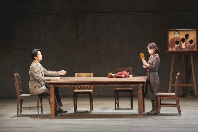 【公演レポート】栗山民也演出「月の獣」開幕、眞島秀和「普遍的なところを感じて」(コメントあり)