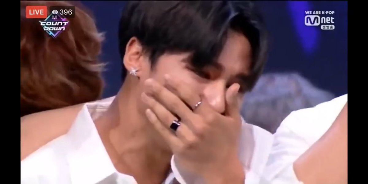 Remember when Wooyoung left bighit for Yeosang and told him they'd either fail together or succeed together and then on their first win Yeosang cried on Wooyoung's shoulder? Same <br>http://pic.twitter.com/hEXgfEPT8j