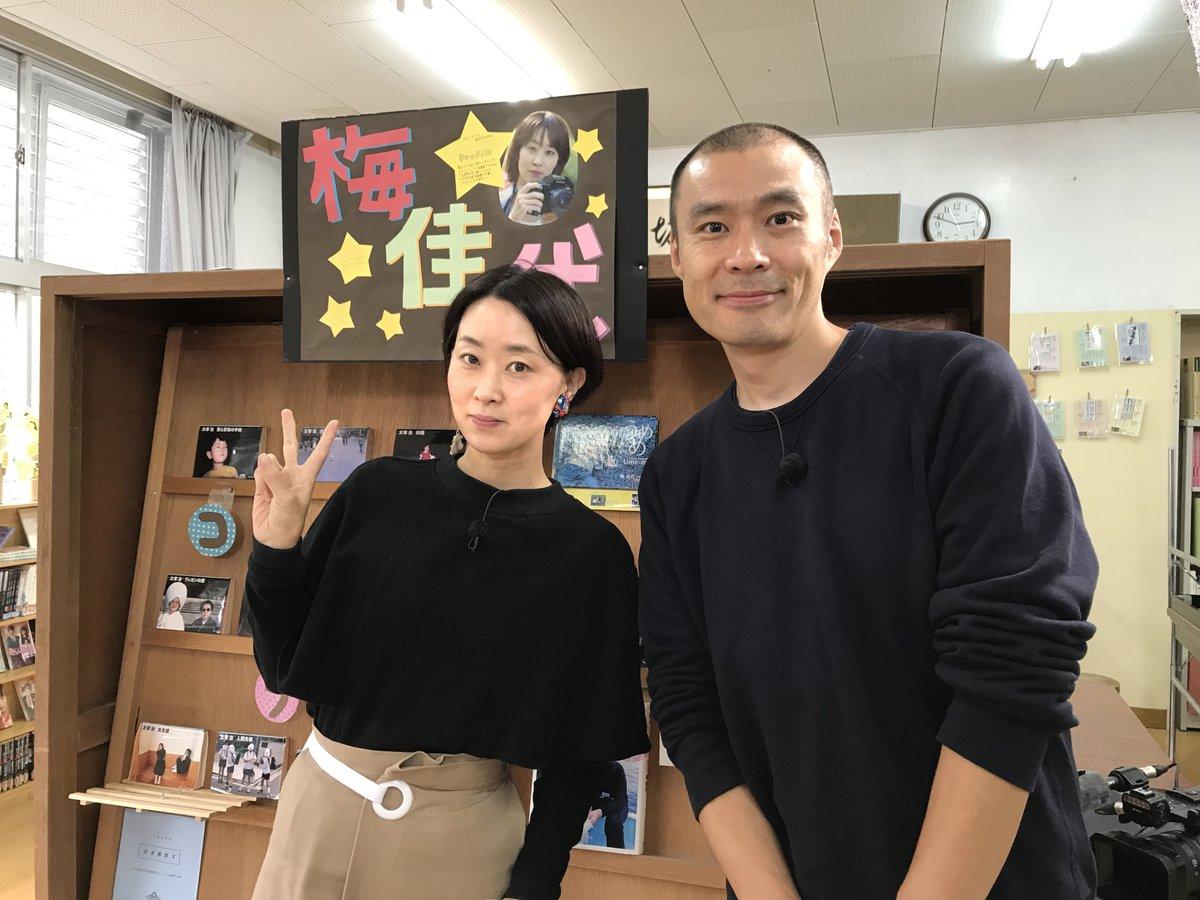 今夜 12/7(土)22時~ NHK Eテレ #ヨシタケシンスケ さん× #梅佳代 さん「SWITCHインタビュー 達人達」放送!日常の中から気になる一コマを切り取る「達人」のお2人。互いに縁のある場所を訪ねあって収録されたそう。ヨシタケさんのアトリエの本棚も気になります #nhk_switch