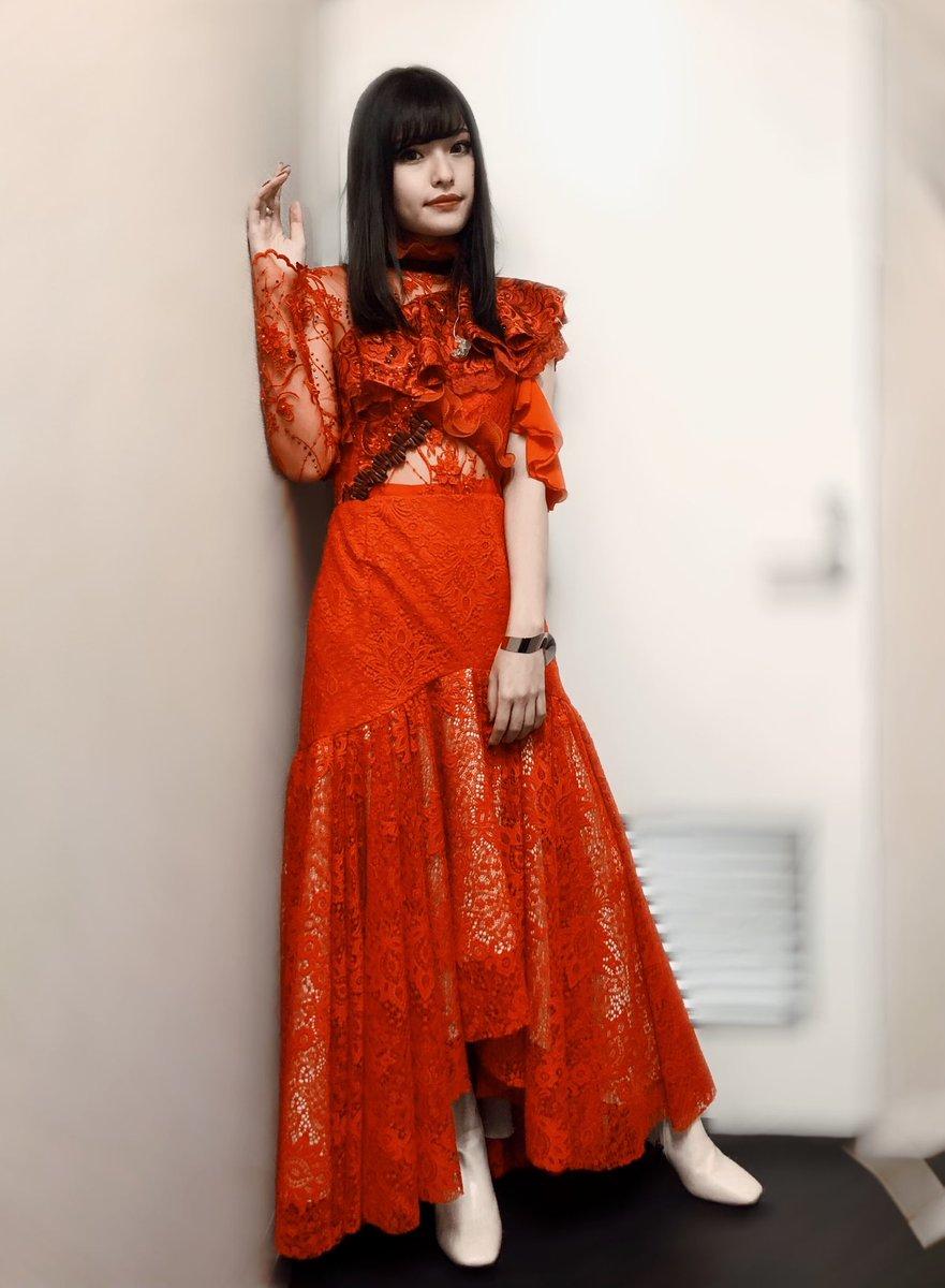 #百歌繚乱ツアー の衣装は真っ赤なドレスでした。スタイリスト・小倉由香さんとデザイナー・後藤彩さんに作って頂きました。全員で生地から相談して完成した1枚、360度美しくて、着るだけで強くなれる魔法のドレス。思い出にって、ドレス生地を使ったポーチまで...! ありがとうございました🌹ASCA