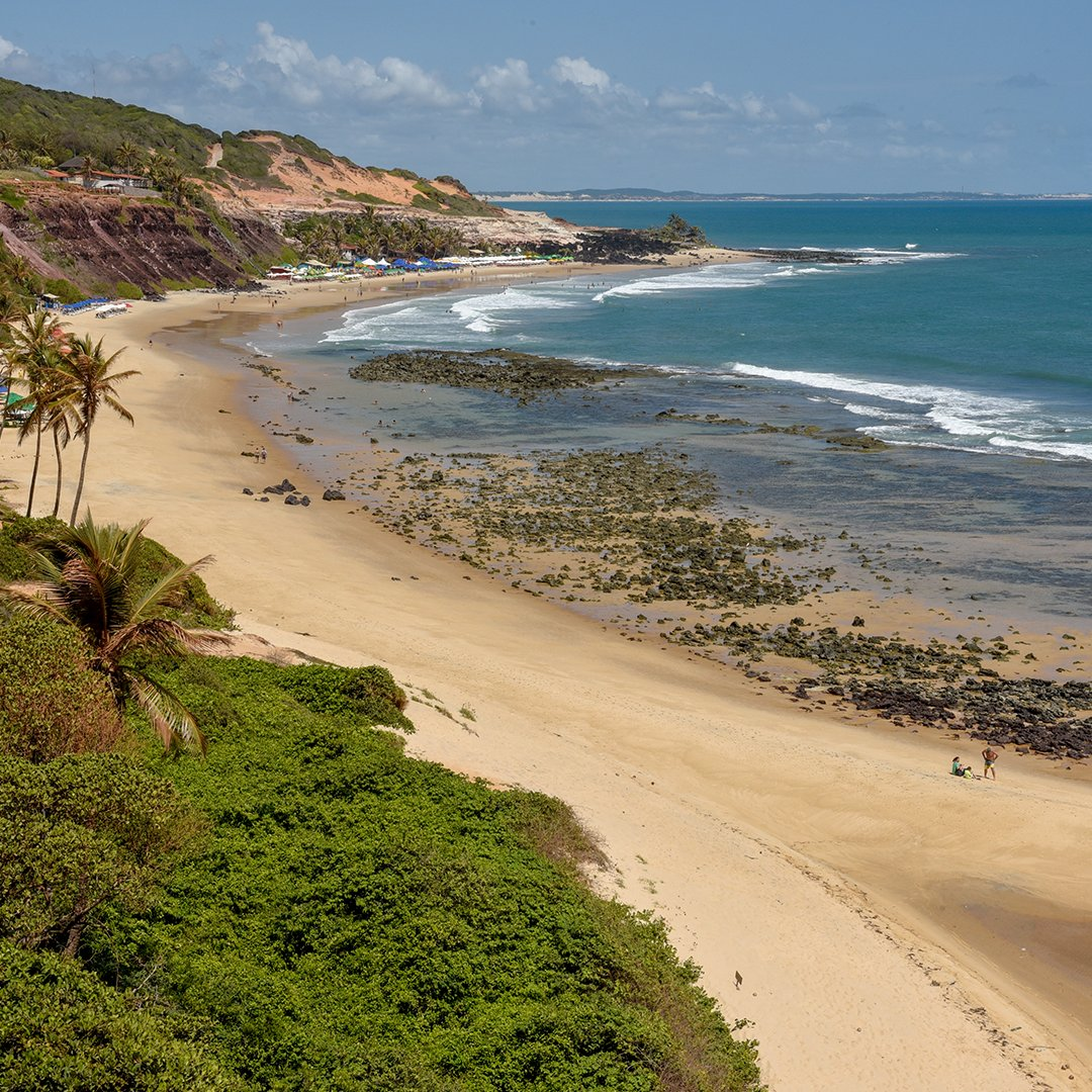 Apesar de estar localizada no município de Tibau do Sul, a vila de Pipa já tem status de cidadezinha charmosa, hippie-chic. A Praia do Amor é a mais procurada.   Fonte: @viagemeturismo ⠀ #praiadepipa #tibaudosul #viladepipa #praiadoamor #natal #riograndedonorte #nordestepic.twitter.com/33fDeW7c9H