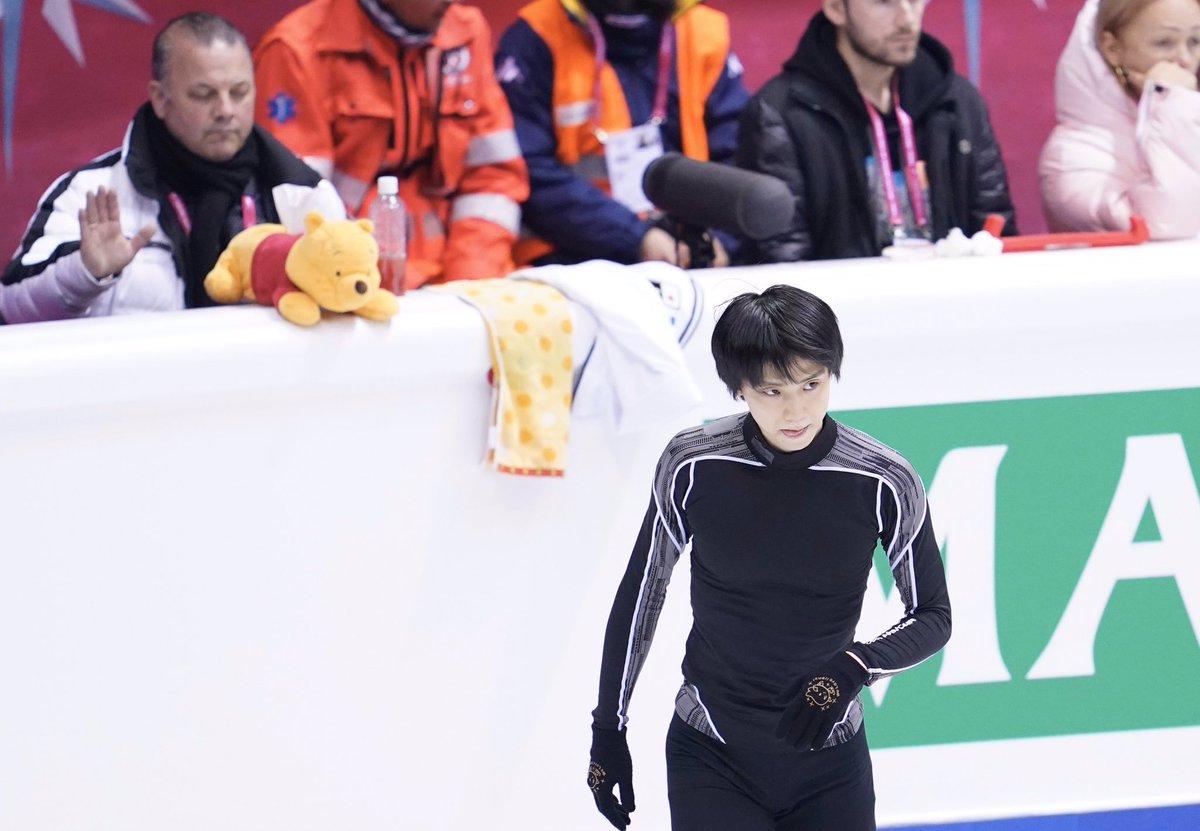 【フィギュアスケートGPファイナル】#羽生結弦 選手、朝の公式練習。#ジスラン・ブリアン コーチを背にしていい表情。もうすぐ男子FPです。#figureskate #フィギュアスケート