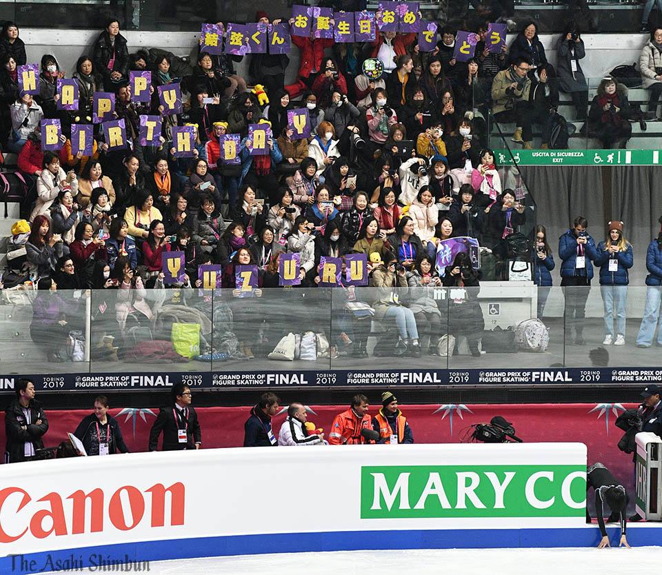 GPファイナルの男子フリーは21:00から始まります。#羽生結弦 選手(写真右下)が公式練習を終えた会場では、羽生選手の誕生日を祝うメッセージが掲げられました。(中)#YuzuruHanyu #GPFigure #Torino2019 #asahifigure