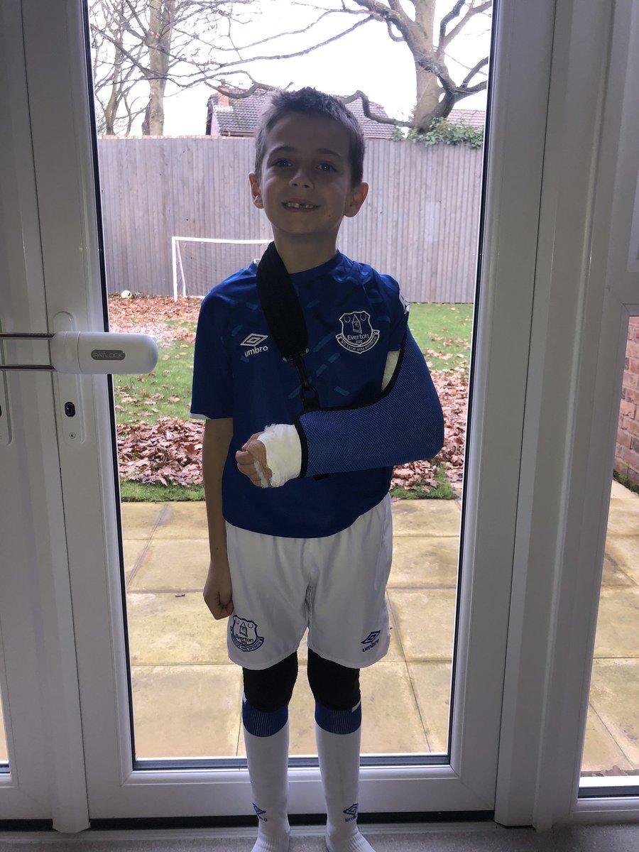 Noah is ready for Goodison despite a broken arm. Let's get the win today @Everton @aftgomes @richarlison97 @LucasDigne COYB <br>http://pic.twitter.com/s7TIUUphEX