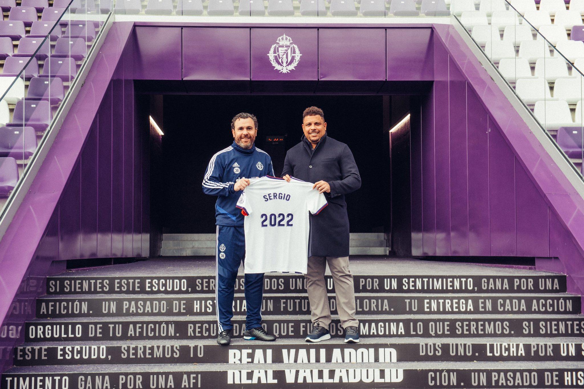 Sergio González posando con Ronaldo en su acto de renovación (@RealValladolid)