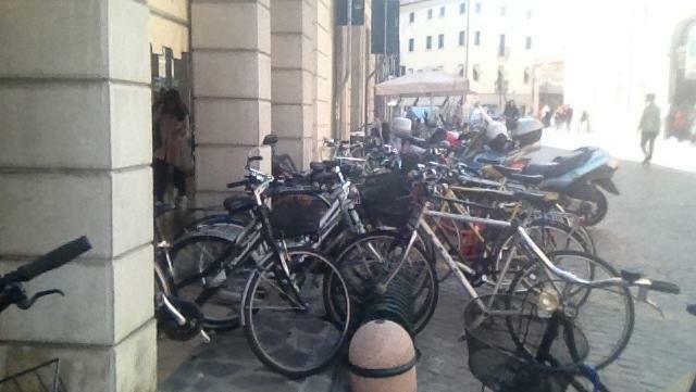 La polizia locale prende un ladro di bici dopo una...