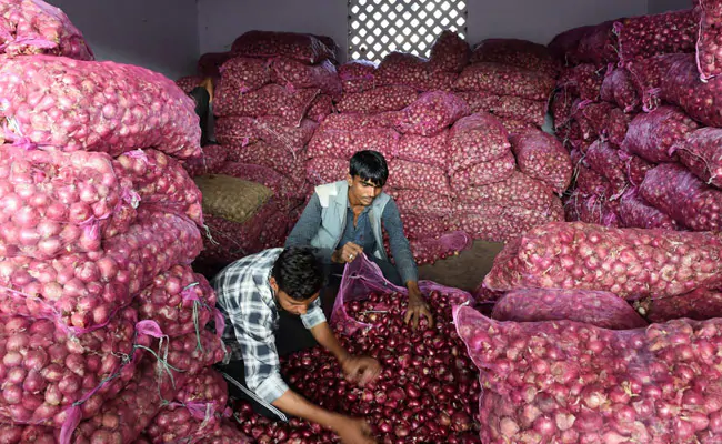 Onion prices shoot up to Rs 200 a kg in Bengaluru  https://www. ndtv.com/bangalore-news /onion-prices-shoot-up-to-200-a-kg-at-markets-in-bengaluru-2145082   … <br>http://pic.twitter.com/4WKonrqjN7