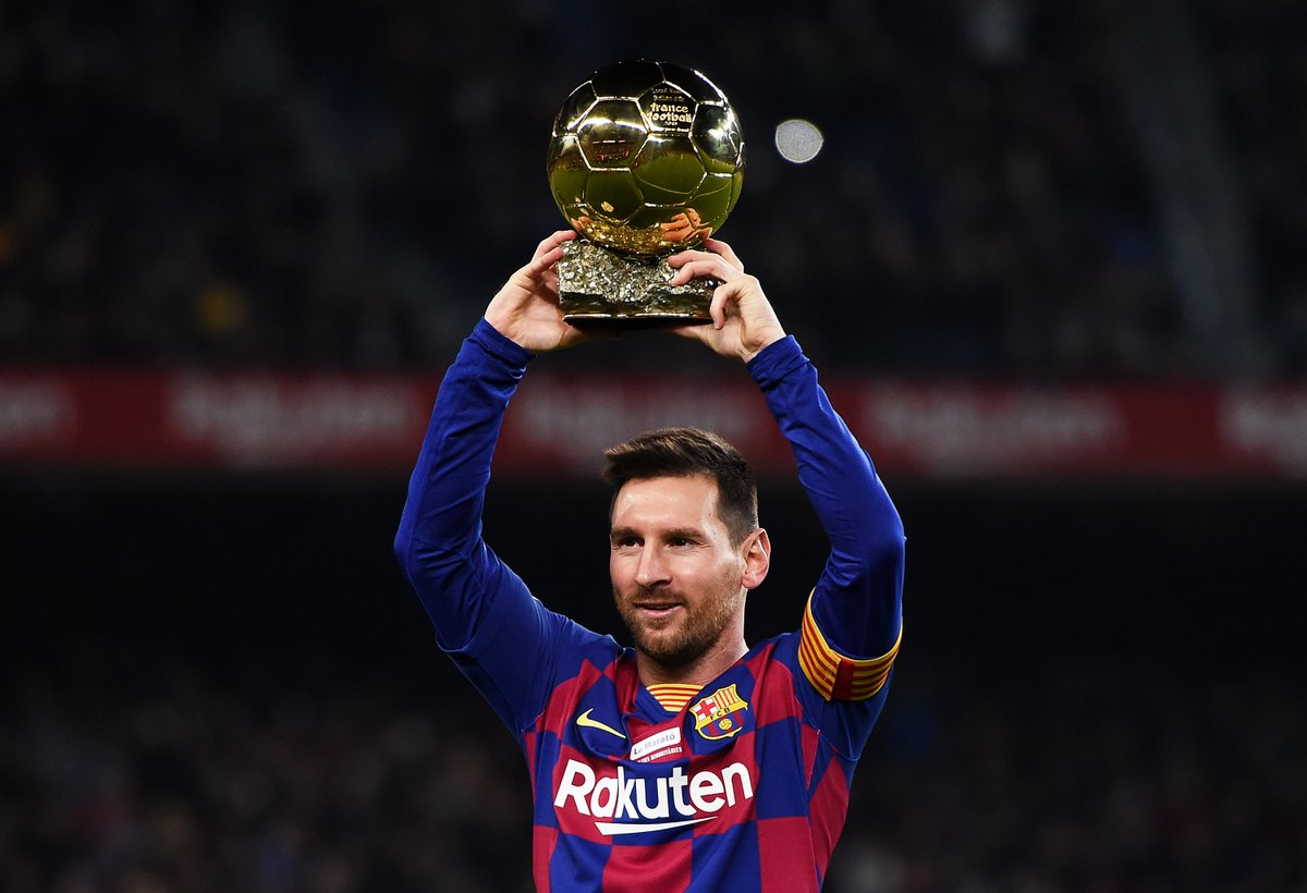 Leo Messi parades his sixth Ballon d'Or in front of the Barcelona fans 🏆