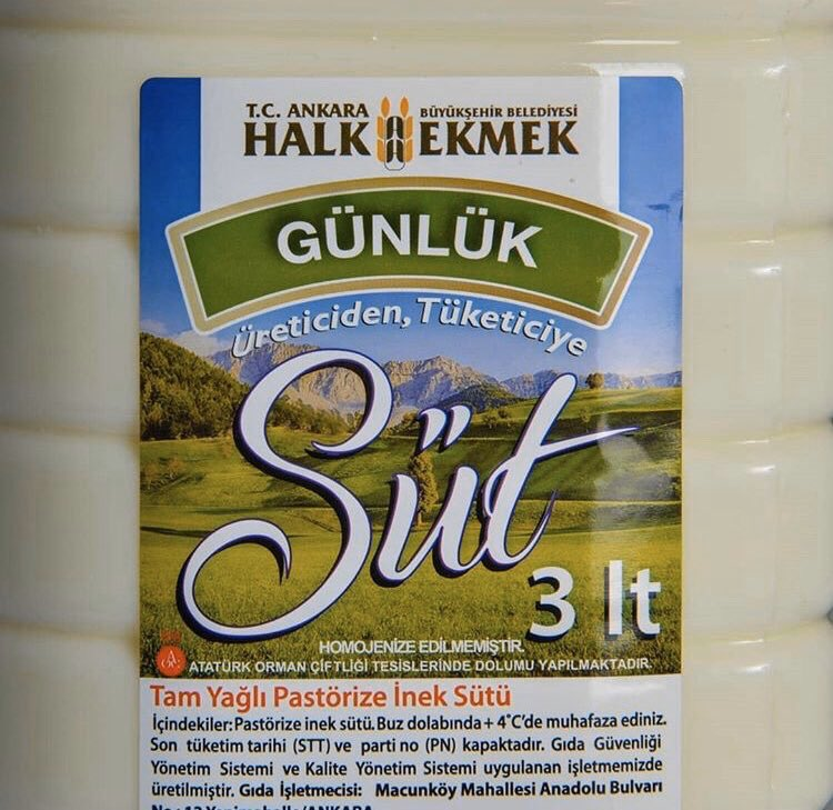 Ankara Halk Süt uygulaması başladı.  Yerel üreticilerden toplanan sütler Atatürk Orman Çiftliği süt fabrikasında pastörize edilip, günlük süt olarak Halk Ekmek mağazalarında satışa sunuldu.  İlk aşamada 3 litre doğal sütün fiyatı 16 TL olarak belirlendi. #Ankara #MansurYavaş