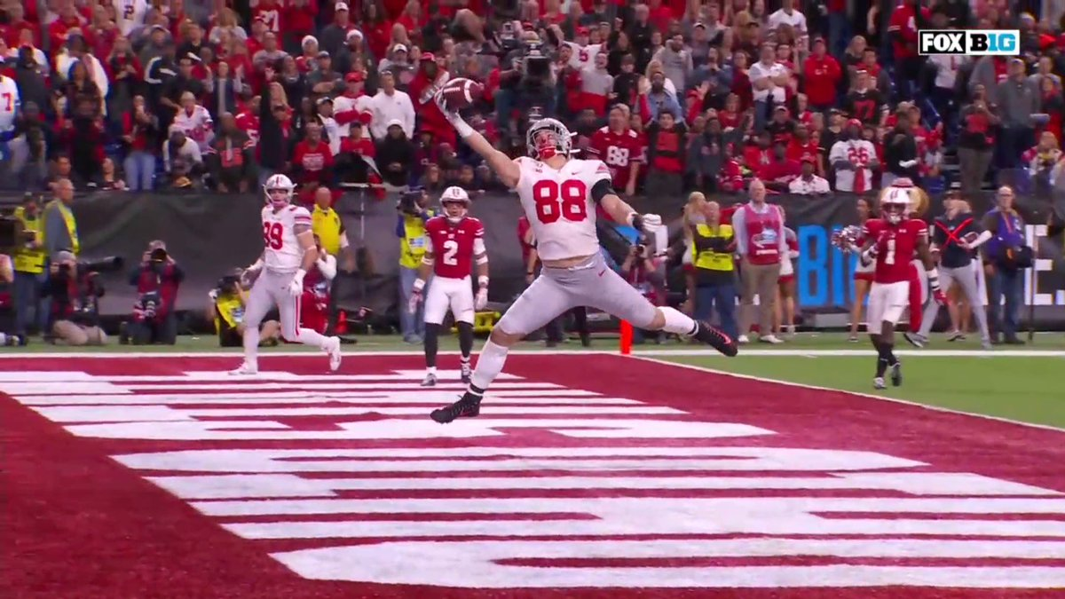 🤯 COME ONNNN 🤯  @Jeremy_Ruckert1 makes an unbelievable one-handed catch for the @OhioStateFB touchdown!