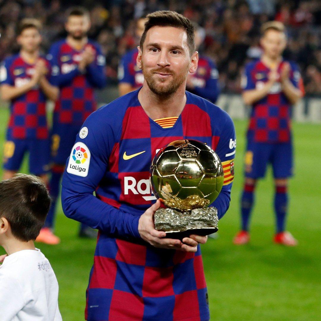 Avant le match 👈 #BallonDor, après le coup du 🎩 ballon du match 👉. #Messi #BarçaMallorca