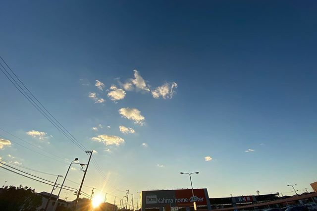 ちょっと早いけど #今日の陽はさようなら . #夕陽 #夕日 #夕空 #sunset #太陽 #sun #イマソラ #いまそら #ノンフィルター #ノーフィルター #青空 #あおぞら #bluesky #空 #そら #sky #電線 #electricwire #electricwires #電柱 #utilitypole