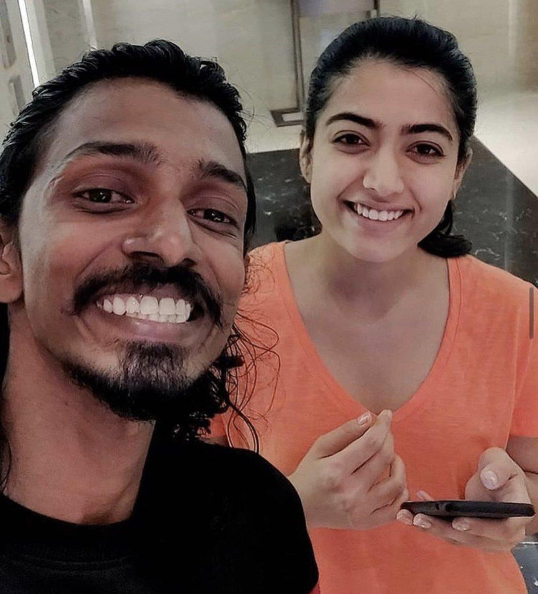Selfie With Photographer..!!  KochiLove @iamRashmika #DearComradeMusicFestival #RashmikaMandanna pic.twitter.com/coeOQHEFH7