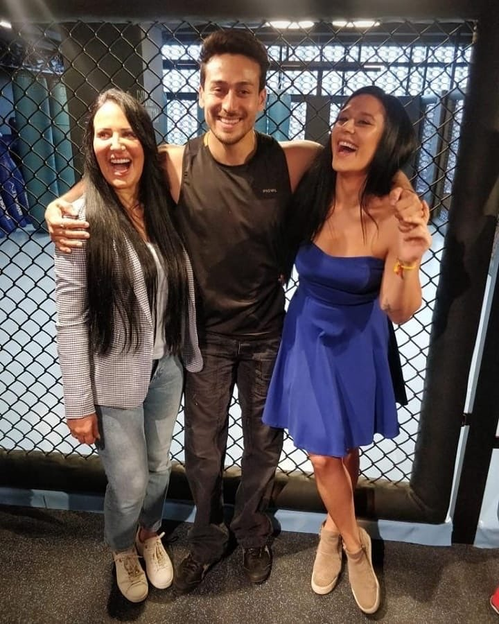 .@iTIGERSHROFF poses for a family picture with his mother Ayesha Shroff and sister Krishna Shroff.