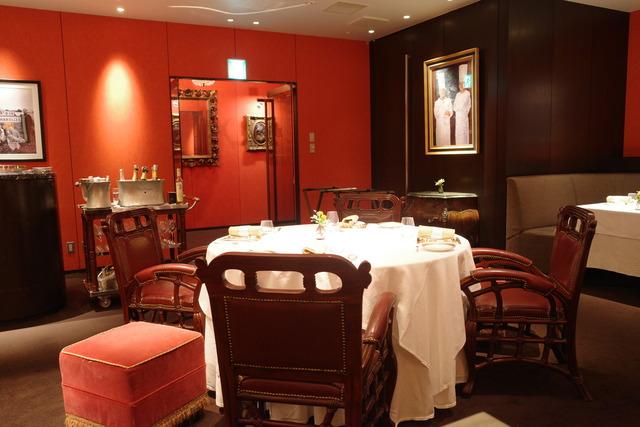 グランメゾン東京に出てくるキムタクのライバルのレストランは代官山「メゾン ポール・ボキューズ」。ランチは3800円~、ディナーは9000円~のコースで王道フレンチが味わえます。デザートはワゴンで好きなものを好きなだけ食べられちゃうという至福…!シックな空間はデートにも〇#グランメゾン東京