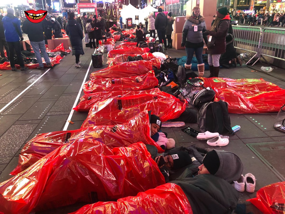 Hundreds of people slept outside in NYC last night to support the homeless & fight unaffordable housing  crisis! https://t.co/snuHnQ5scM