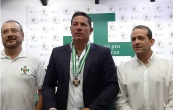 CNN journalist @soyfdelrincon has arrived in Bolivia and been given a medal  by coup leader/presidential candidate Fernando Camacho, for his pro-coup coverage.  In case you were wondering about the role of US media in destabilizing Latin America. <br>http://pic.twitter.com/xW9cFpgZdZ