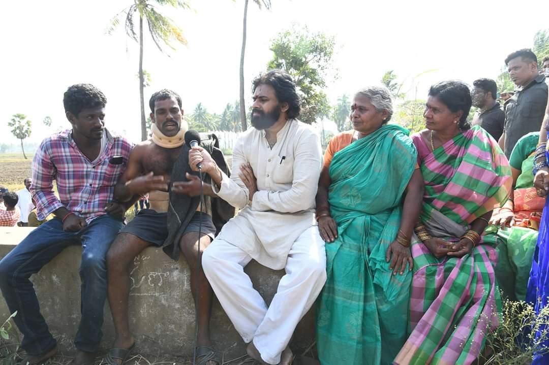 పాలతోడు వద్ద రోడ్డు మీదే పేద రైతుతో ముఖాముఖి.  #JanaSenaAatmeeyaYatra